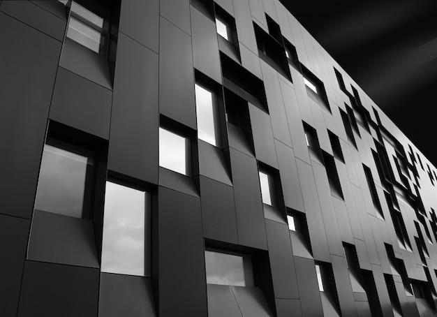 Lage hoekopname van een creatief modern gebouw met opmerkelijke architectonische wendingen