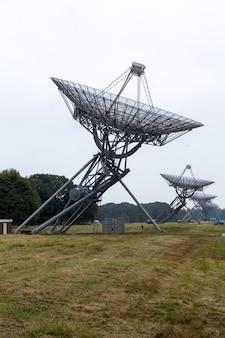 Lage hoekopname van een radiotelescoop bij westerbork in nederland