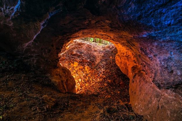 Lage hoekopname van een rond gat als ingang van een grot