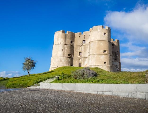 Lage hoekopname van het kasteel van evoramonte in estremoz in portugal