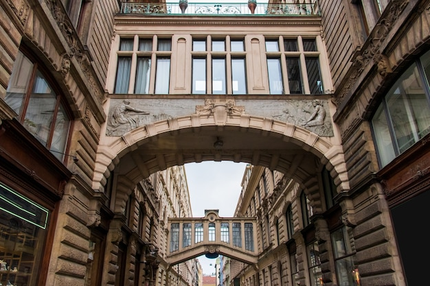 Lage hoekopname van het museum van het communisme overdag in praag, tsjechië