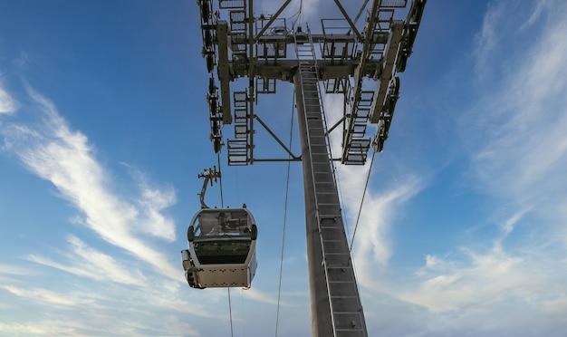 Lage hoekopname van kabelbaan en bewolkte lucht Gratis Foto