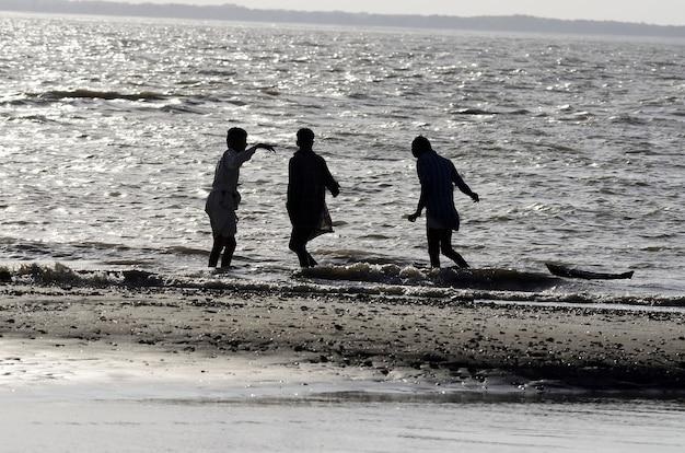 Lage hoekopname van mensen die op het strand lopen