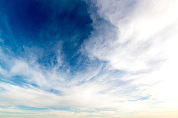 Lage hoekopname van witte wolken in een heldere blauwe lucht