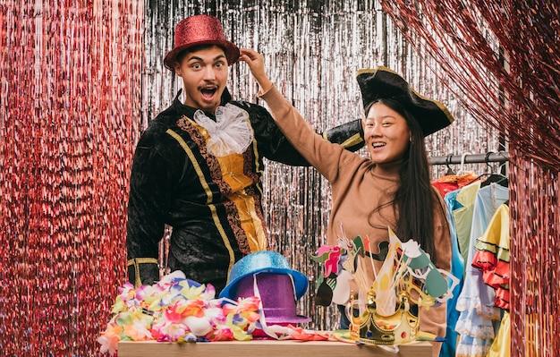 Lage hoekvrienden die kostuums proberen voor carnaval-partij