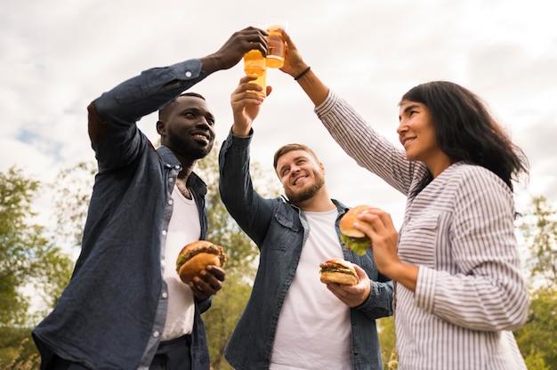 Lage hoekvrienden die met bier roosteren
