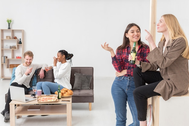 Lage hoekvrienden die thuis van lunch genieten