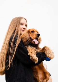 Lage hoekvrouw die haar hond houdt