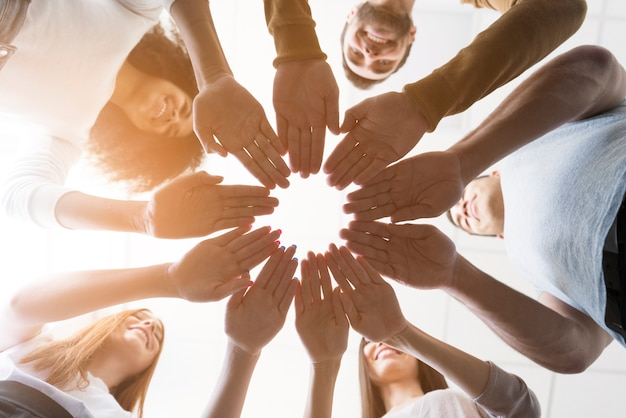 Lage kijkgemeenschap van mensen die handen aanraken