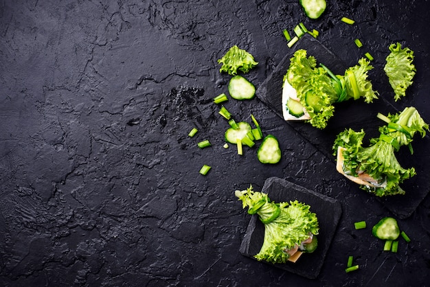 Lage koolhydraten ketogene burrito's verpakt in sla