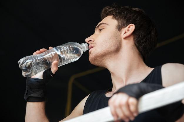 Lage mening van bokser drinkwater op ring