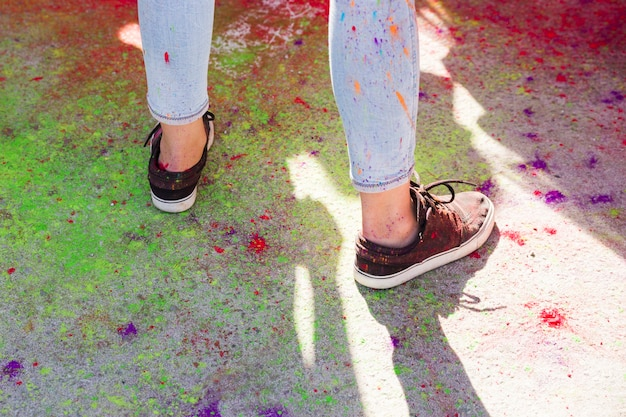 Lage sectie van de schoen van een vrouw puinhoop met kleurrijke holi-kleuren