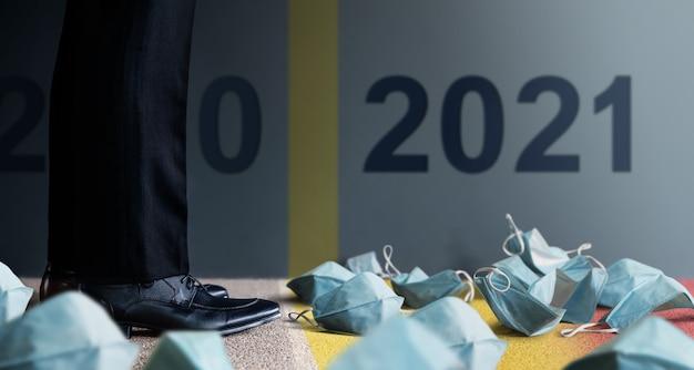 Lage sectie van zakenman op formele zakelijke jurk staat om vooruit te gaan