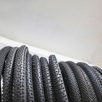 Lage sectieweergave van zwarte fietsbanden in workshop