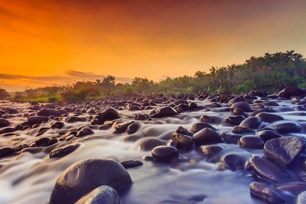 Lage snelheid voor water in de rivier in de ochtend