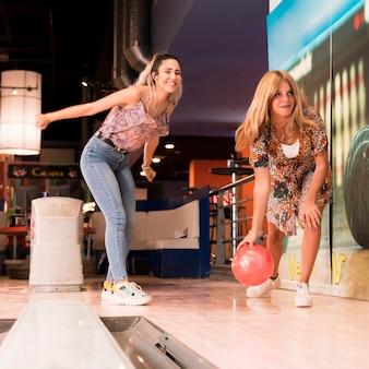 Lage vrouwen spelen bowlen