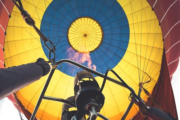 Lage vuurhoek tijdens het tanken in een heteluchtballon