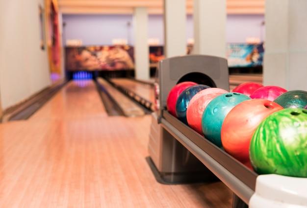 Lage weergave kleurrijke bowlingballen