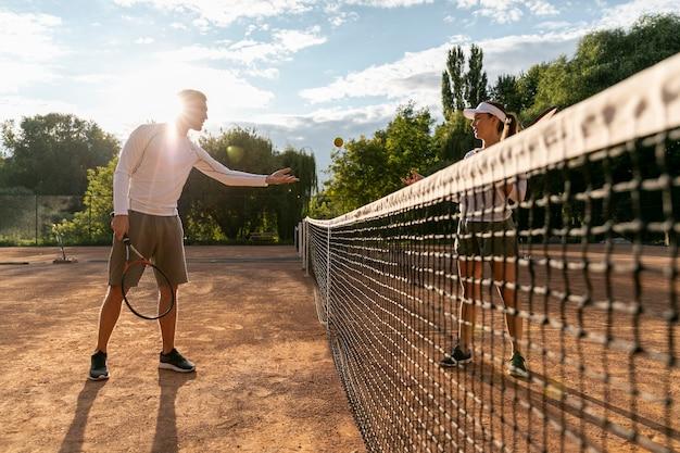 Lage weergave paar tennissen