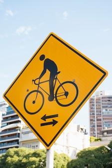 Lage weergave straatnaambord pijl voor fietsen
