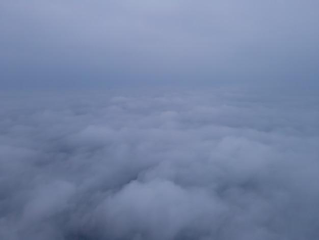 Lage zichtbaarheid luchtfoto van dikke mist over stad