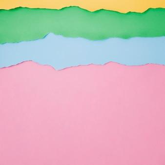 Lagen gescheurd kleurrijk papier