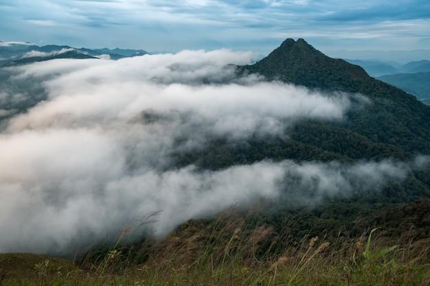 Lagen van bergen en mist bij zonsopgang in khun yuam, thailand