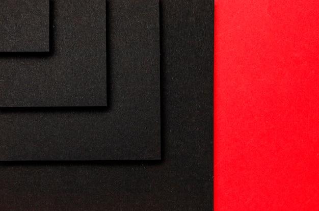 Lagen zwarte vierkanten op rode achtergrond