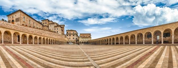 Lager plein van de basiliek van sint franciscus, assisi, italië