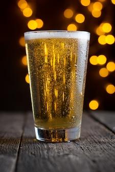 Lager tapbier in een glas op donkere houten tafel