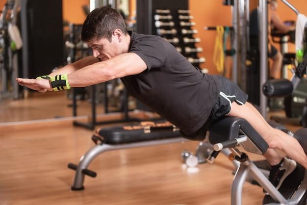 Lagere rug oefeningen voor het versterken van de spieren voor de gezondheid van de wervelkolom.