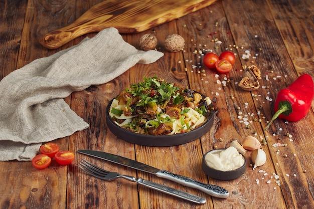 Lagman - pasta met rundvlees, georgische keuken op houten tafel
