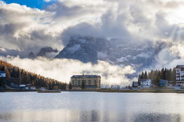 Lago di misurina geweldige uitzichten op een bewolkte dag met rotsachtige dolomietpieken