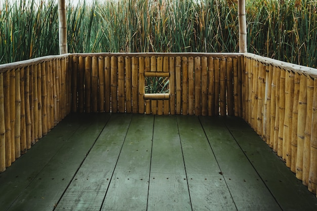 Lagune uitkijkpunt gemaakt van hout in pantanos de villa chorrillos lima peru