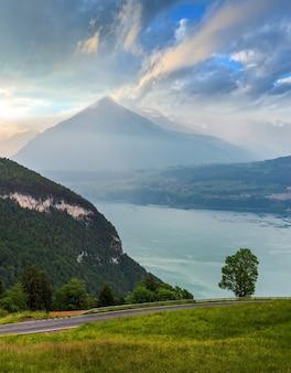 Lake brienz of brienzersee avond zonsondergang bewolkte zomer bovenaanzicht, bern, zwitserland