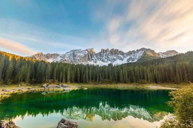 Lake carezza of karersee bij zonsondergangachtergrond