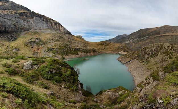 Lake de gloriettes op de gave d'estaube rivier in de haute pyreneeën.
