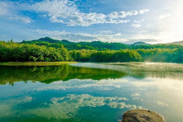 Lake forest chet khot uitpuilende stuk steen gebruikt als fornuis