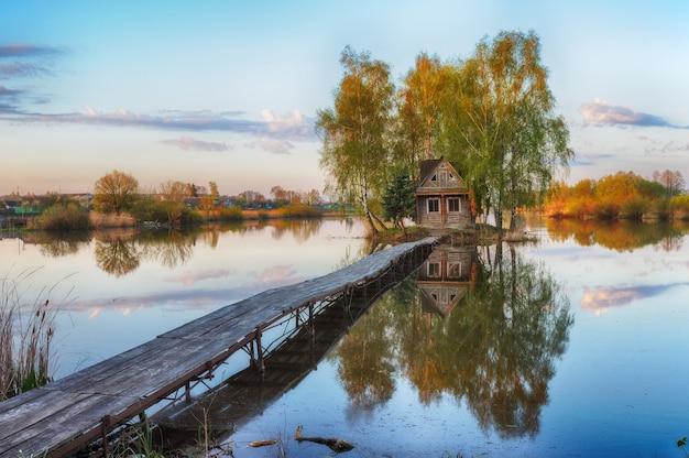 Lake house op het eiland met bomen