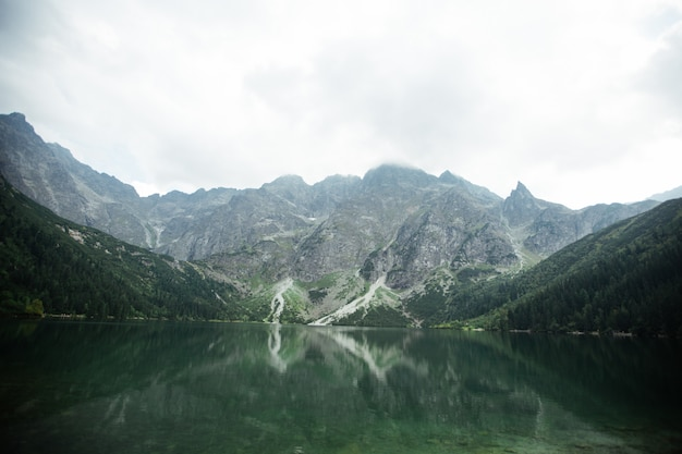 Lake in de bergen. morskie oko (sea eye) lake is de meest populaire plaats in het hoge tatra-gebergte, polen.