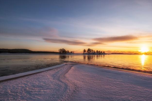 Lake ladoga bij zonsopgang met verse sneeuw in de winter