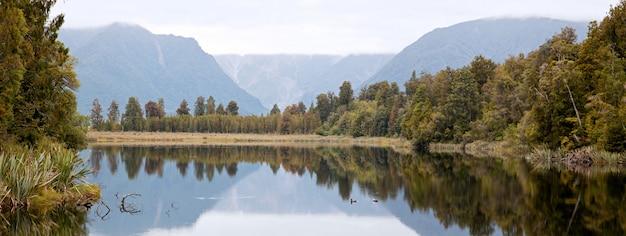 Lake matheson met bewolkte hemel nieuw-zeeland