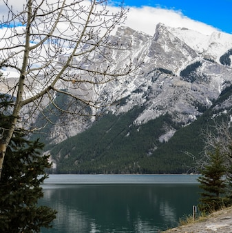 Lake minnewanka landschap in banff national park, alberta, canada