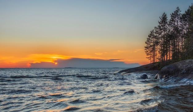Lake onega in karelië in noord-rusland bij zonsondergang