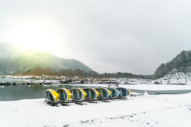 Lake shoji japan. weergave van de mooie witte winter