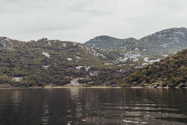 Lake skadar national park in montenegro. uitzicht op bergen
