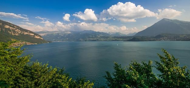 Lake thun interlaken panorama, zwitserland, europa. zomer landschap.