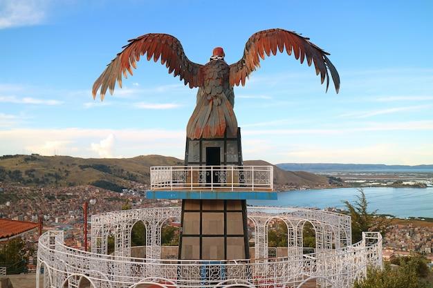 Lake titicaca en city of puno vanaf condor hill view point met huge condor sculpture, peru