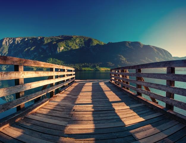 Lake tussen bergen. schoonheid wereld. italië europa