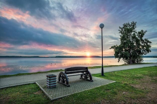 Lake valdai in de vroege zomerochtend en prachtige wolken met weerspiegeling in het water